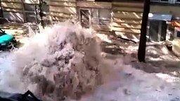 Вода прорвала асфальт смотреть видео - 4:15