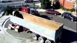 Смотреть Мастерский разворот на грузовике