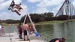 Прыжок в воду с качелей смотреть видео прикол - 0:16
