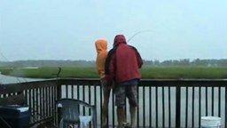 Смотреть Внезапно на рыбалке