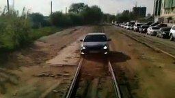 Смотреть Объехал пробку за трамваем
