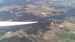 Смотреть Орёл у крыла самолёта