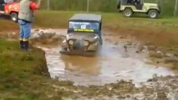 Смотреть Выпал из кабины в грязь