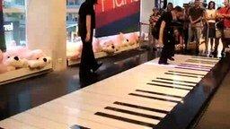 Смотреть Игра на пианино ногами