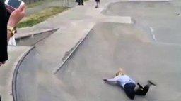 Девушка впервые на скейте смотреть видео прикол - 1:11