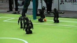 Смотреть Роботы играют в футбол