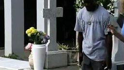 Смотреть Уборщик на кладбище