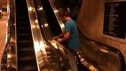 Дураки на эскалаторе смотреть видео прикол - 0:40