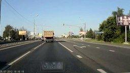 Смотреть Круто затормозил на светофоре