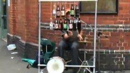 Находчивый уличный музыкант смотреть видео - 0:36