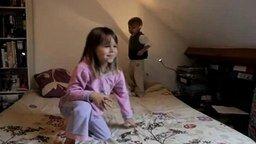 Маленькие увлечённые танцоры смотреть видео прикол - 0:22
