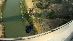 Смотреть Крутой прыжок с парашютом
