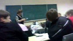 Находчивая учительница и тетради смотреть видео прикол - 1:18