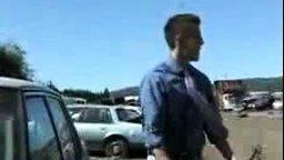 Смотреть Репортёр бьёт стекло авто