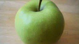 Смотреть Ломаем яблоко напополам