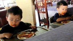 Смотреть Сонные дети за едой
