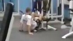 Опасный парень в спортзале смотреть видео прикол - 1:55
