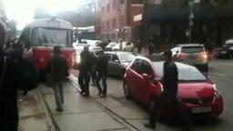 Смотреть Мужики освобождают путь трамваю