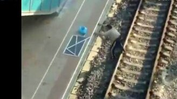 Несдающийся на вокзале смотреть видео прикол - 2:14