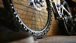Смотреть Велосипед с металлическими шинами