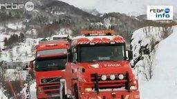 Смотреть Опасная снежная горная дорога
