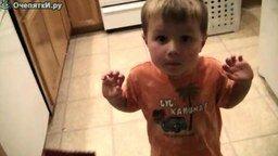 Смотреть Малыш ест взрывающиеся конфетки