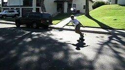 Спуск скейтера по травяному склону