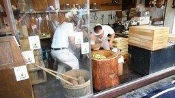 Смотреть Суровые японцы делают сладости