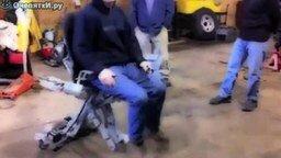Забавное кресло для автомеханика смотреть видео прикол - 0:38
