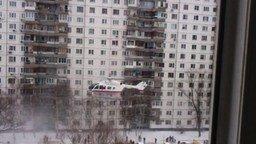 Смотреть Вертолёт МЧС взлетает с дворовой спортплощадки