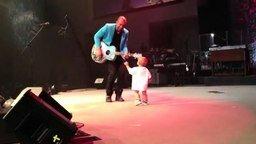 Смотреть Ребёнок выбежал к папе на сцену
