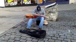 Смотреть Талантливый музыкант на улице