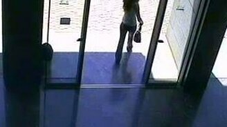 Смотреть Девушка и автоматические двери