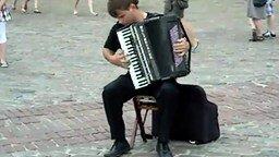 Смотреть Старательная игра на аккордеоне