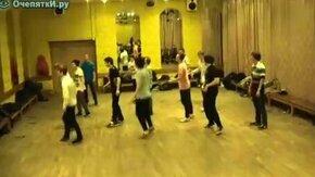 Смотреть Резвые танцоры на репетиции