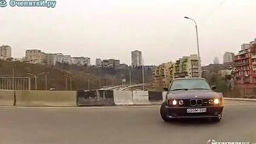 Смотреть Сумасшедший водитель БМВ