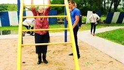Смотреть 72-летняя спортсменка на спортплощадке