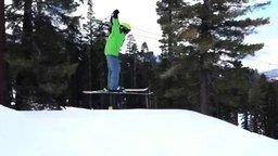 Смотреть Забавный прыжок на лыжах
