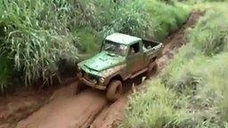 Смотреть Неудачный въезд на грязный пригорок