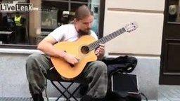Смотреть Красивая и ловкая игра на гитаре