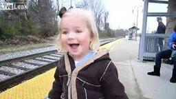 Смотреть Первая поездка на поезде
