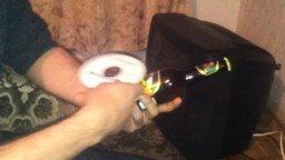 Смотреть Открываем бутылку при помощи компакт-диска