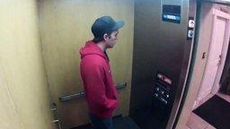 Смотреть Жёсткий розыгрыш в лифте
