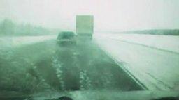 Смотреть Что называется - повезло идиоту на дороге