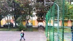 Смотреть Сильный маленький баскетболист