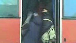 Суровая толкучка в автобусе смотреть видео прикол - 1:21