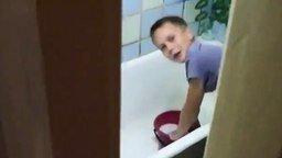 Смотреть Папа спалил сына в ванной