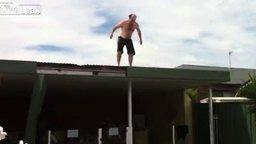 Внезапный прыгун с крыши смотреть видео прикол - 0:20