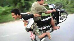 Смотреть Трюкачи-подростки на мотоцикле