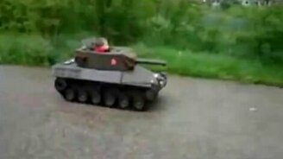 Смотреть Малыш за рулём танка